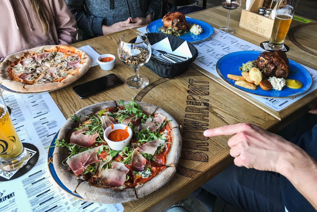 Pizza i golonka w restauracji Browar Port Gdynia