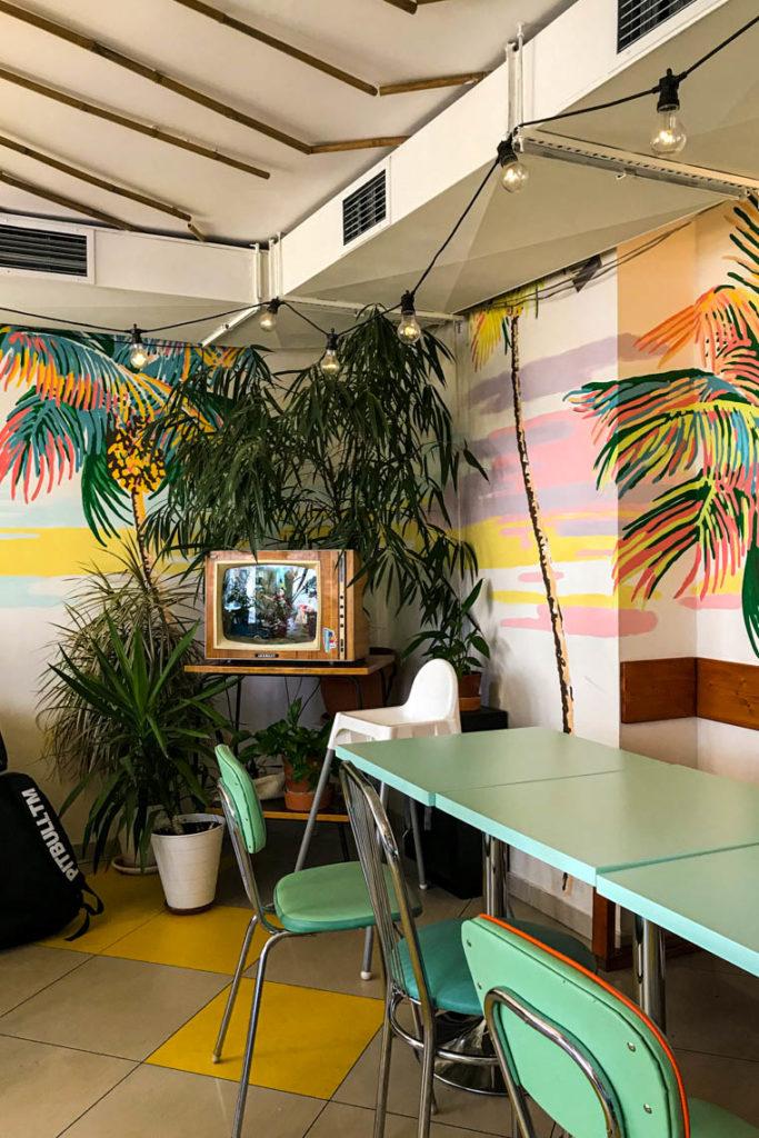 Wystrój w Honolulu wisefood. Tak, w telewizorze znajduje się zamieszkałe akwarium :)