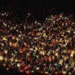 Dziesiątki zniczy na gdyńskim cmentarzu - do dziś pamiętamy bijące od nich ciepło