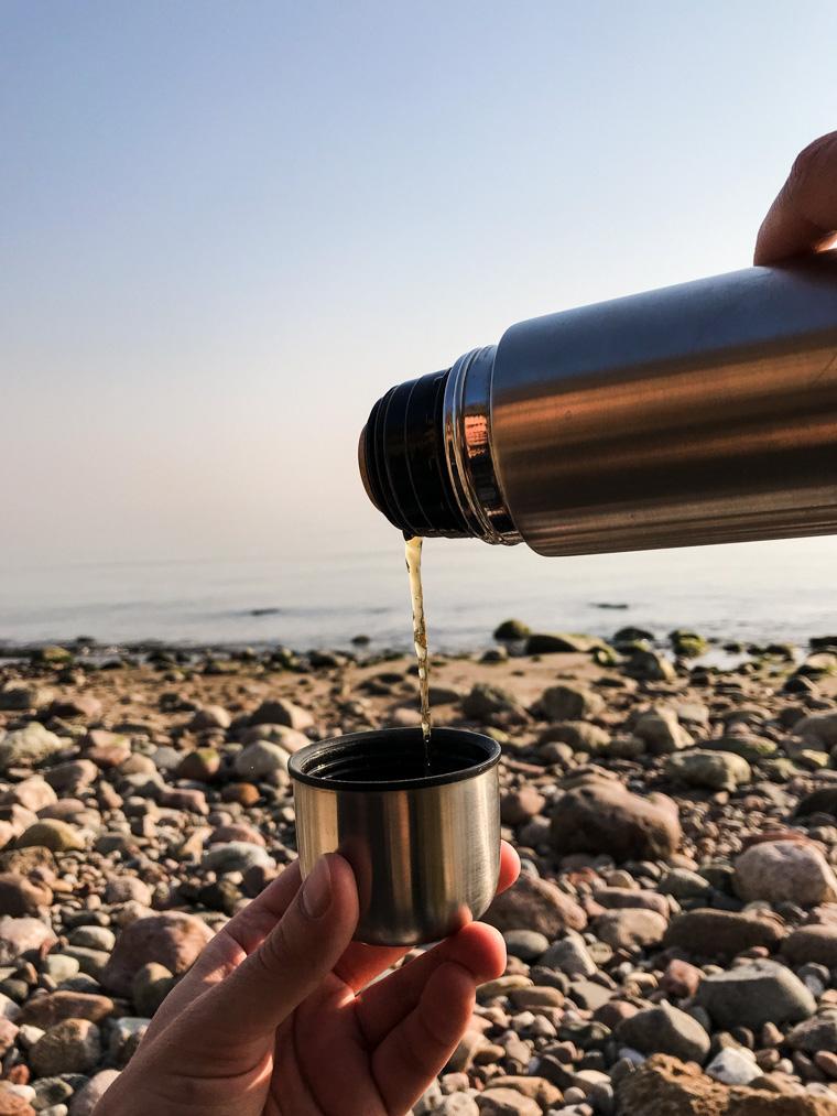 Herbatka z termosu podczas spaceru w Gdyni, 28 marca 2020