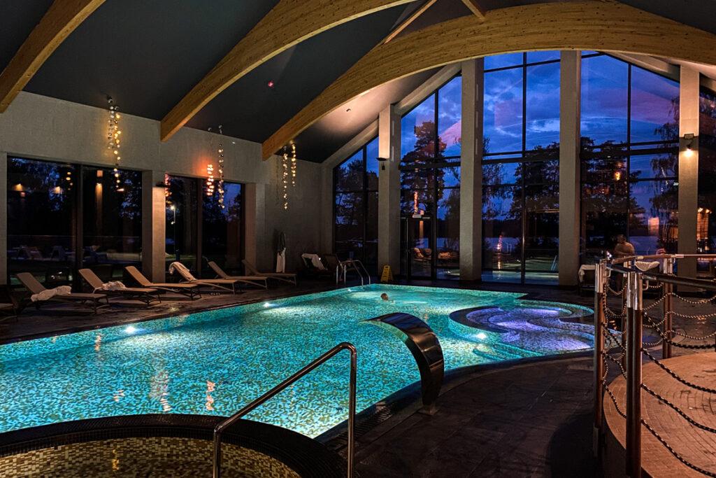 Basen w hotelu Marina Club na Warmii, październik 2020