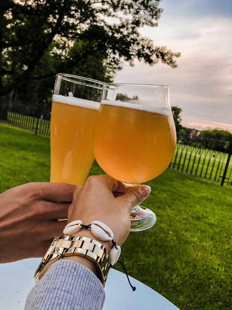 Piwo z widokiem na Gdynię (w oddali widać park oraz budynki dzielnicy Redłowo). Pub 10/6 w hotelu Quadrille, lipiec 2020