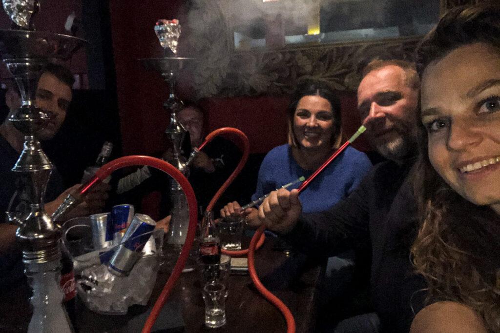 Z Asią, Szymonem i Tadkiem w Bollywood. Można tu zjeść po indyjsku i zapalić shishę ;) Gdynia, lipiec 2020