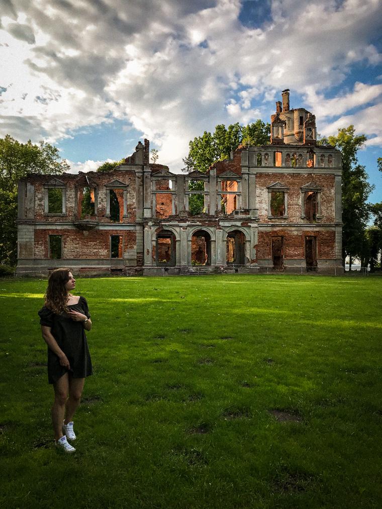 Przy ruinach pałacu. Runowo Krajeńskie, czerwiec 2020