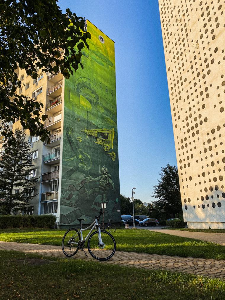 Mural Bałtyk (po lewej) - praca zbiorowa Gdańskiej Szkoły Muralu. Tonacja muralu nawiązuje do rzeczywistego koloru Morza Bałtyckiego. Po prawej mural przedstawiający zakodowany binarnie cytat z twórczości Witkacego autorstwa PGR ART