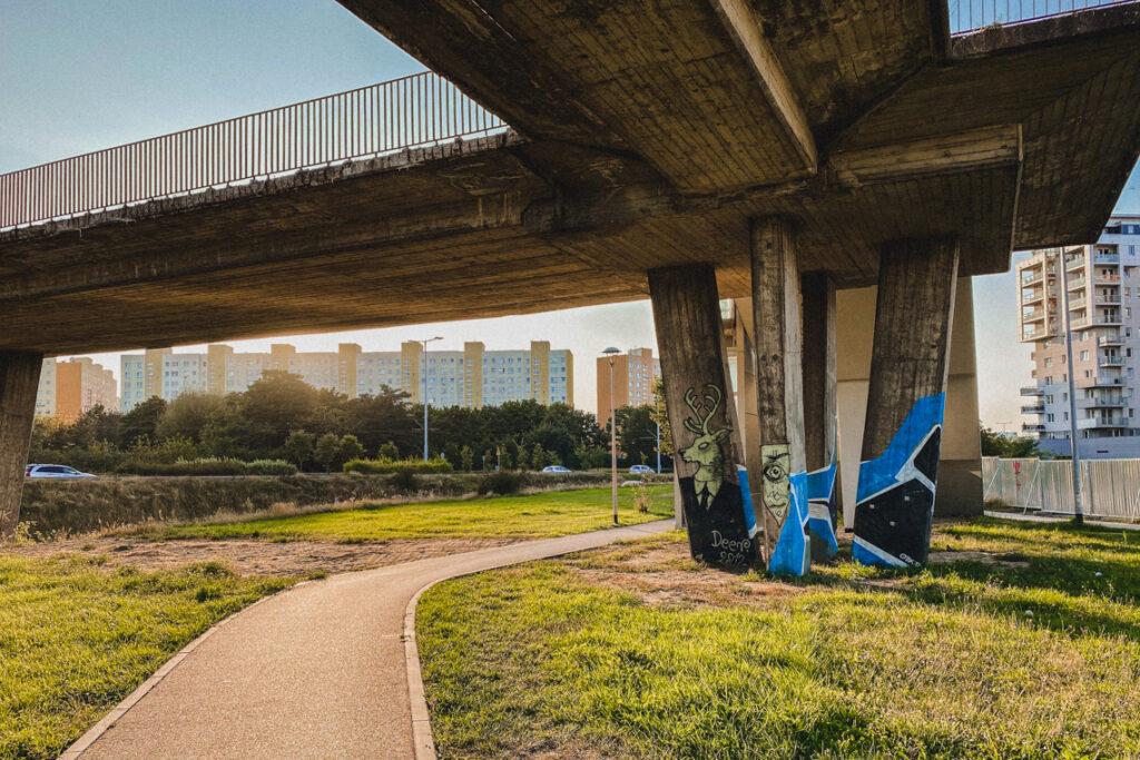 Kładka dla pieszych ozdobiona graffiti, Gdańsk Zaspa