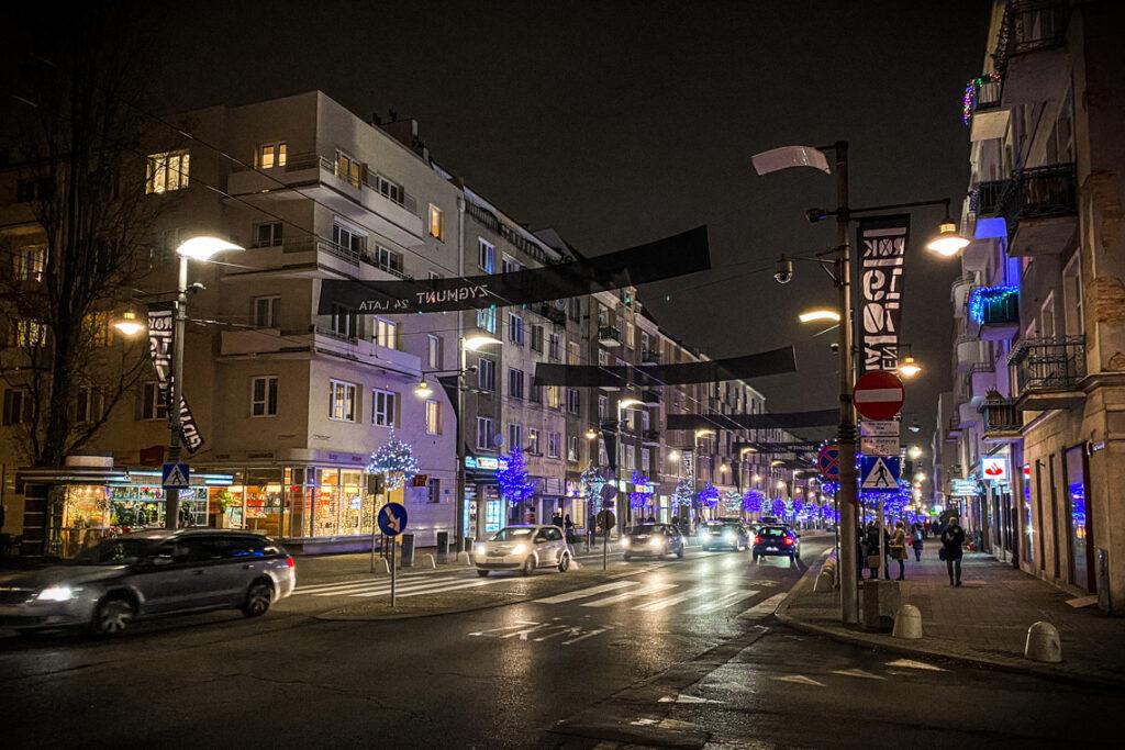 Świąteczne iluminacje oraz flagi upamiętniające wydarzenia z grudnia '70. Ulica Świętojańska w Gdyni, 15 grudnia 2020