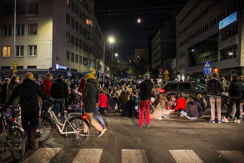 Strajk Kobiet na skrzyżowaniu ulic 10 Lutego i 3 maja, ścisłe centrum Gdyni. 25 października 2020