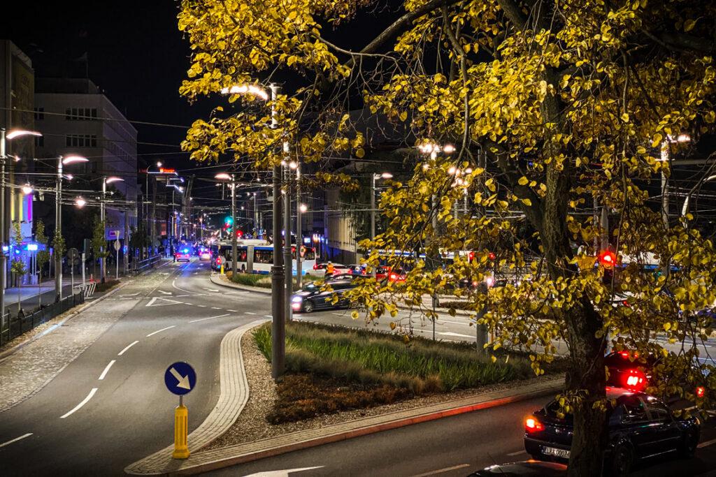 Strajk Kobiet i całkowicie zablokowane centrum Gdyni - widok ze skrzyżowania ulic 10 Lutego, Dworcowej i Podjazd, 25 października 2020