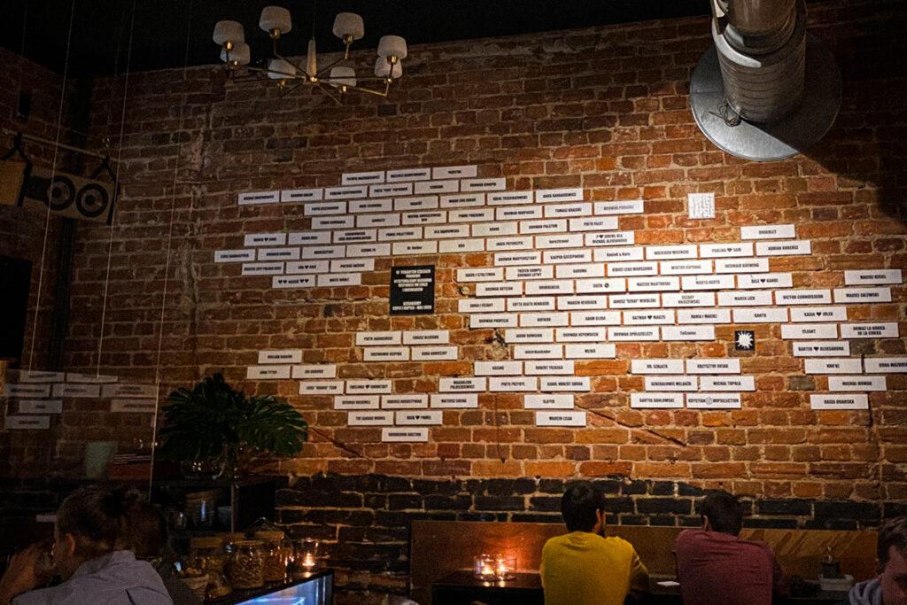 Musieliśmy na żywo zobaczyć naszą cegiełkę, która wisi na ścianie w pubie Kufle i Kapsle w Warszawie! Podczas wiosennego lockdownu dorzuciliśmy się do zrzutki, aby ich wesprzeć