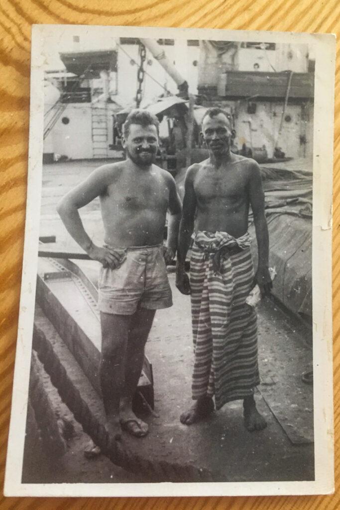 Mój dziadek (z lewej) z mężczyzną w sarongu na pokładzie statku.