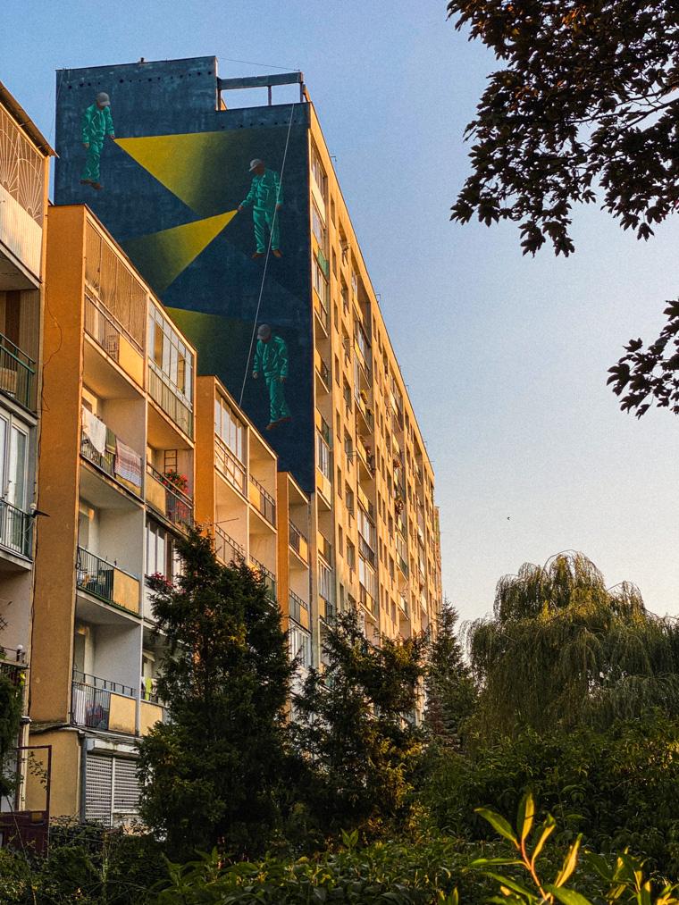 """Mural grupy krakowskich artystów odnosi się do dwóch obrazów Dariusza Milczarka: """"W poszukiwaniu najprostszego rozwiązania"""" oraz """"Nierozwiązywalne"""""""