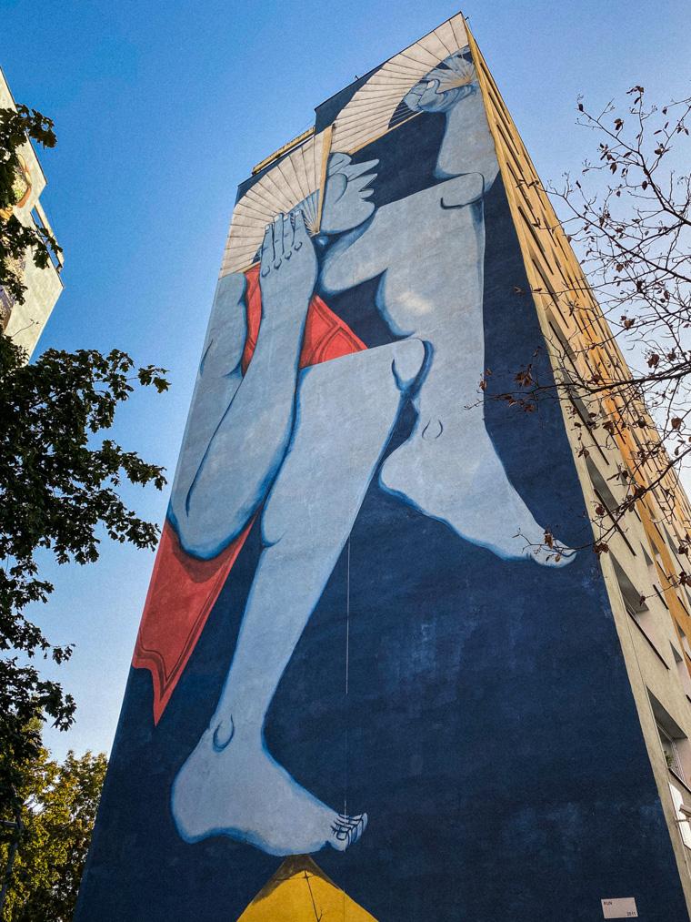 Mural niemal zlewający się z błękitem nieba. Autorem jest włoski artysta Run