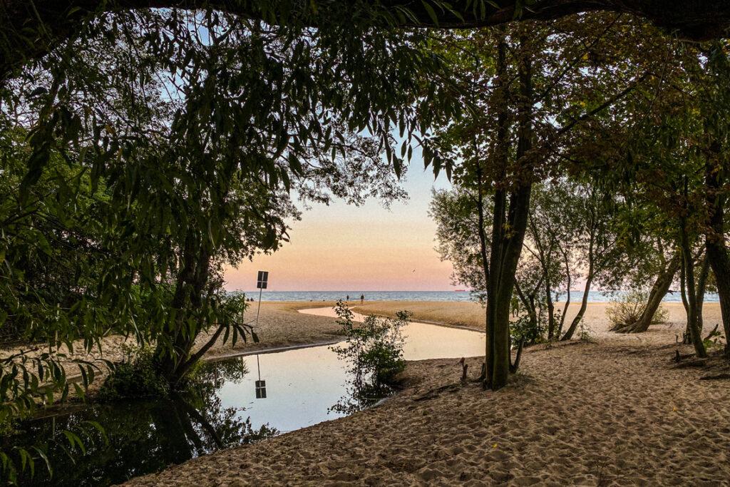 Potok na plaży w Jelitkowie o zachodzie słońca