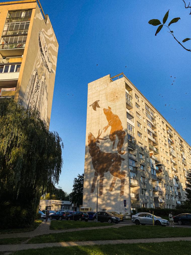 Murale na Zaspie. M-City Mariusza Warasa (po lewej) oraz piramida zwierząt autorstwa Joanny Skiby (po prawej)