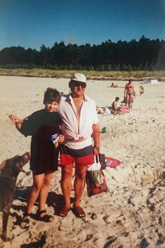 Z Dziadkiem i Bunią (naszym pierwszym wyżłem niemieckim) na plaży w Chałupach, lata 90.