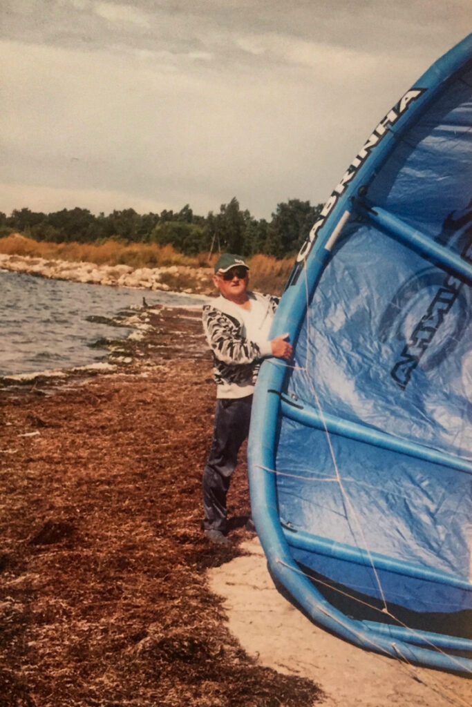 Dziadek z jednym z naszych kajtów na Półwyspie Helskim, 2006 rok.