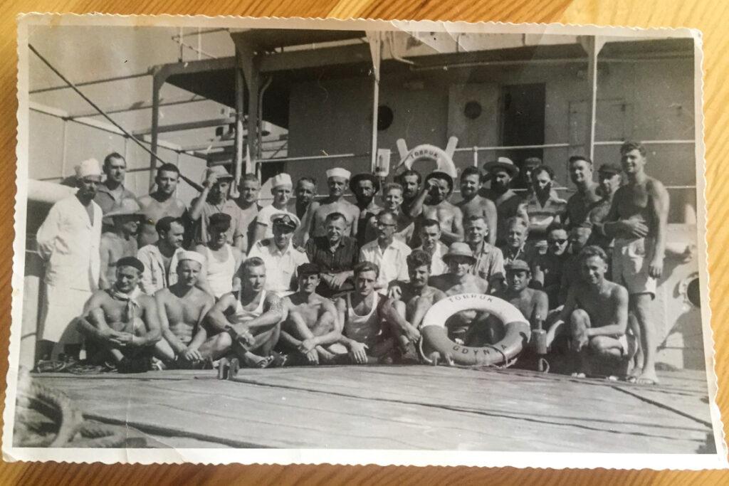 Załoga statku SS Tobruk. Mój Dziadek stoi w ostatnim rzędzie, siódmy od prawej.