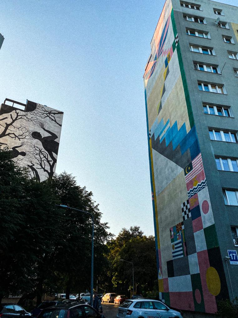"""Murale na Zaspie - """"Schronienie"""" autorstwa Hiszpanów Davida de la Mano i Pablo S Herrero (po lewej) oraz """"Schody do słońca"""", której autorem jest Jorge Pomar"""