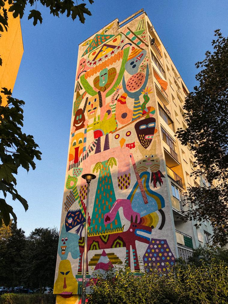 Złota godzina na Zaspie i kolorowy mural, którego autorem jest Zosen Bandido