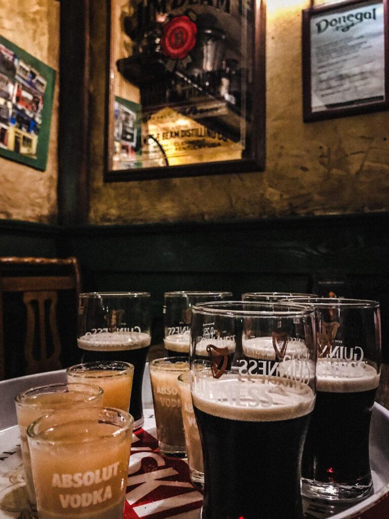 Pub Donegal i Belfast Car Bomb - do Guinnessa wrzuca się kieliszek z Bailey's i whisky, a następnie wypija na raz!