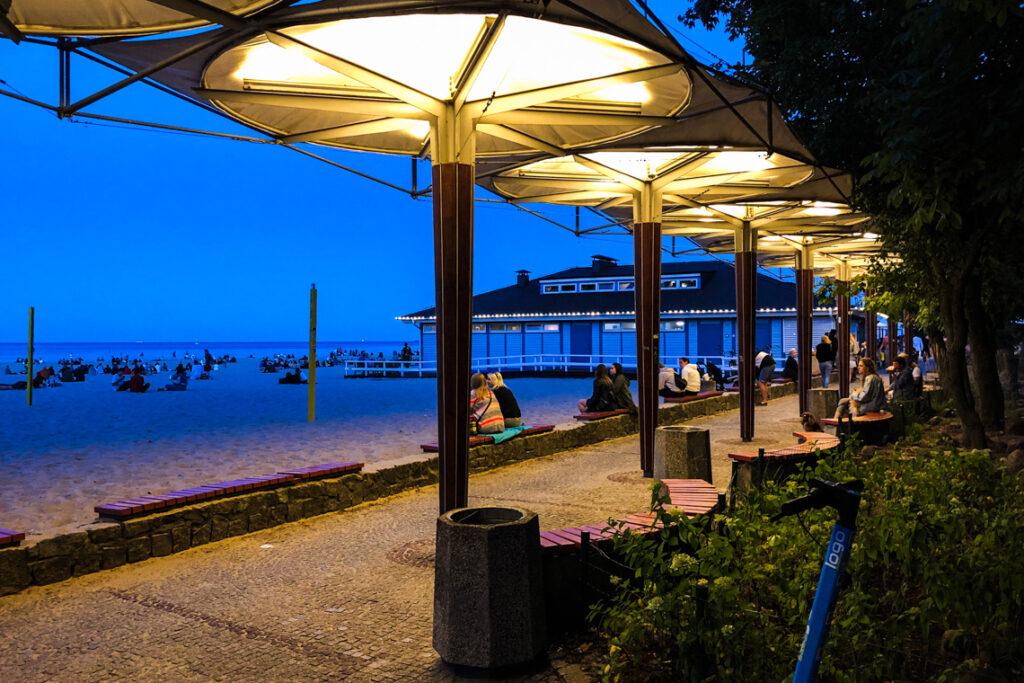 Plaża miejska i Contrast Cafe to popularne wśród gdynian miejsca wieczornych spotkań