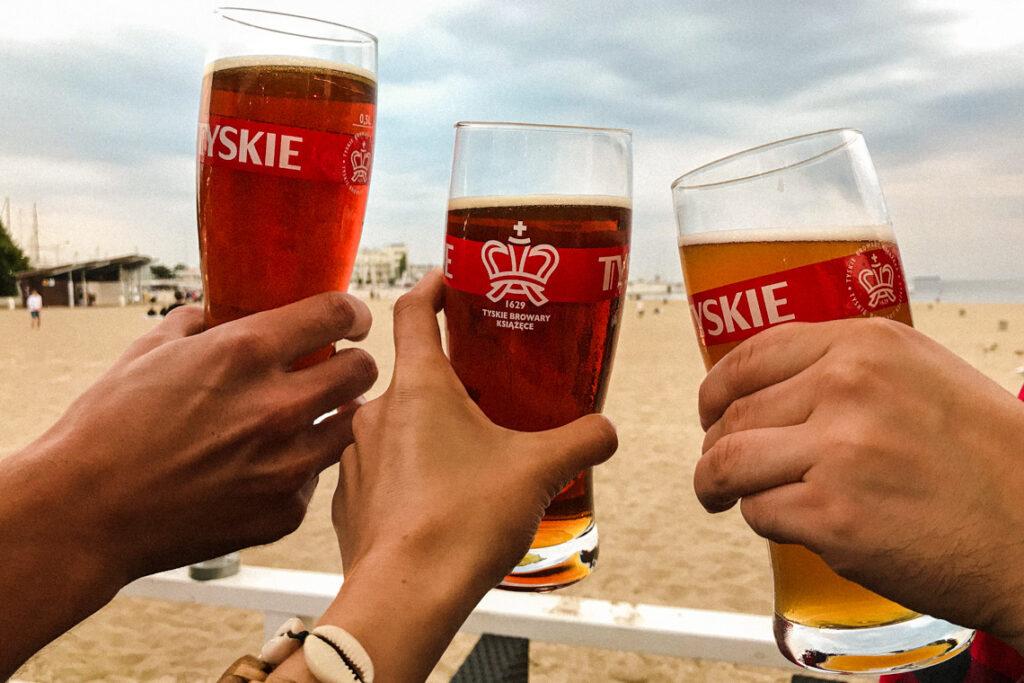 Piwo w Contraście z widokiem na plażę