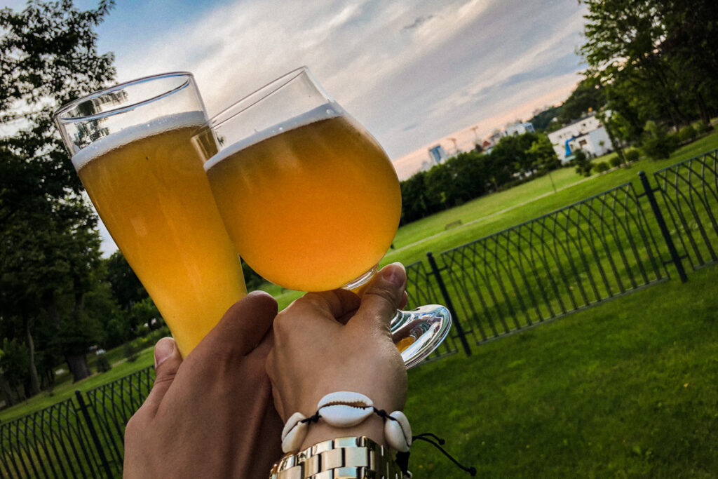 Piwo kraftowe z widokiem na park i Gdynię. Pub 10/6, hotel Quadrille