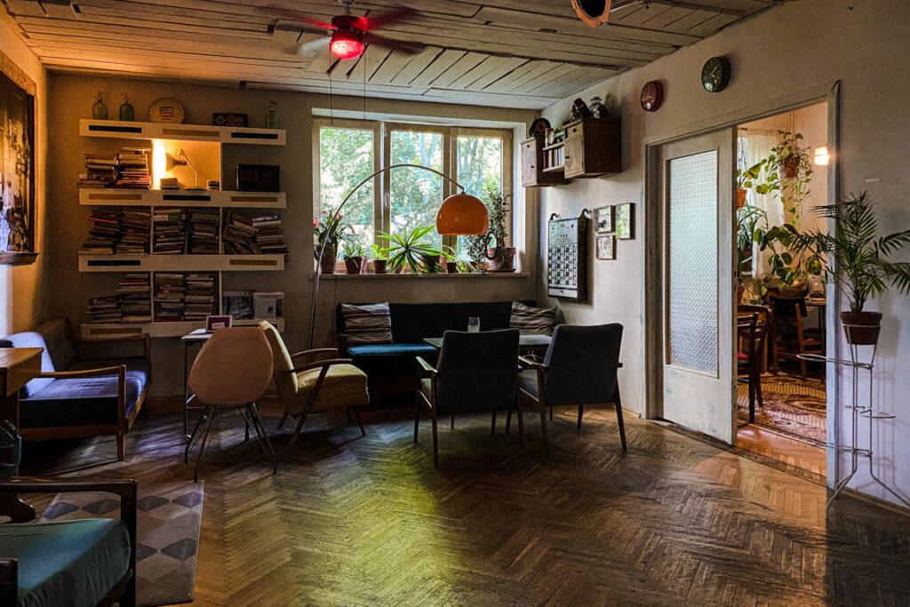 Wygląda jak przytulny salon w starym mieszkaniu, a to kawiarnio-pub Uboga Krewna!