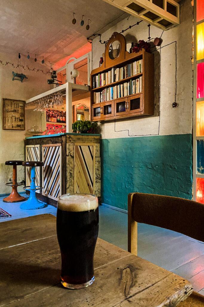 Oprócz jasnych klasyków, napijecie się tu również ciemnego piwa